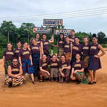 A group of Laurier students in Ghana.